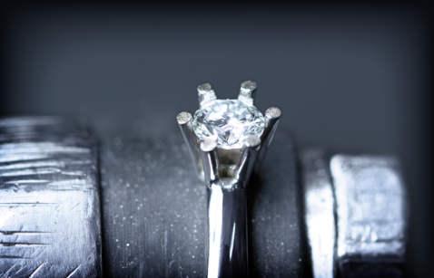 Dijamant sjeda u svoje ležište.
