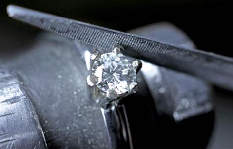 Oblikovanje vrhova ležišta kamena na prstenu.