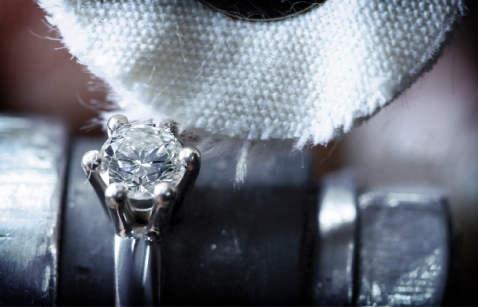 Završna obrada ležišta s dragim kamenom na prstenu.