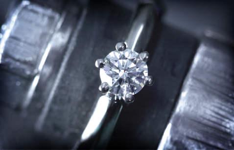 Prsten s potpuno ugrađenim dragim kamenom.